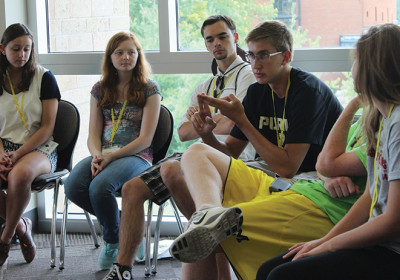 jovens adolescentes na igreja